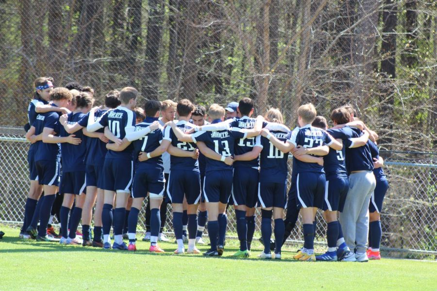 Men´s soccer team huddle before the USA South conference tournament semi-final